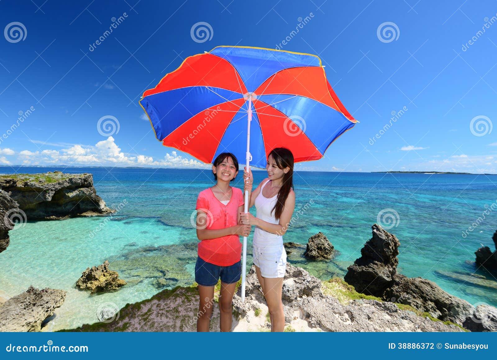 Mamma en haar kind bij het strand