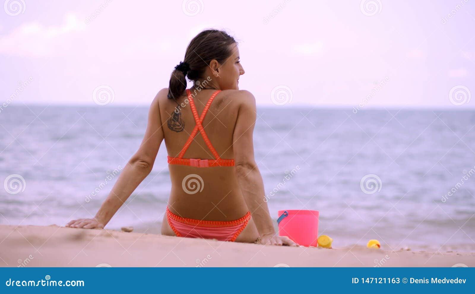 Mamma med hennes liten flickalekar som ska omfamnas och k?ras till havet begrepp av lyckliga m?drar och d?ttrar, begrepp av