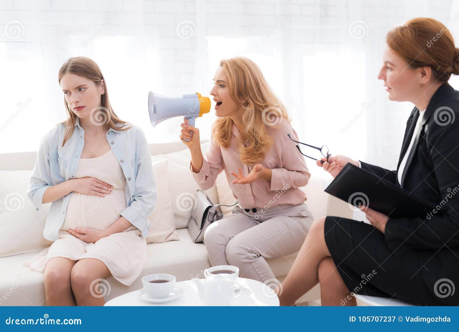 Mamma met een zwangere tiener bij een psycholoog` s ontvangst