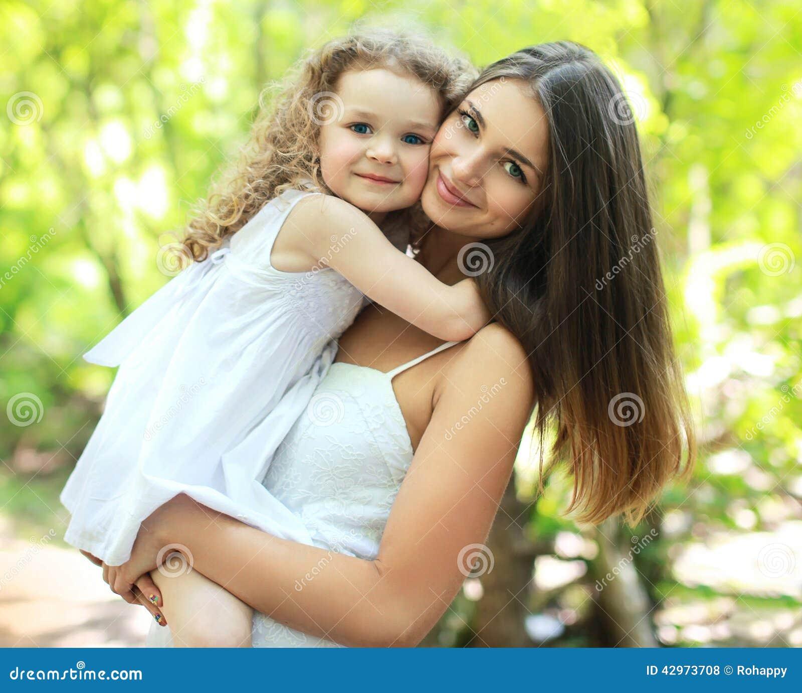 Mamma och dotter för stående älskvärd