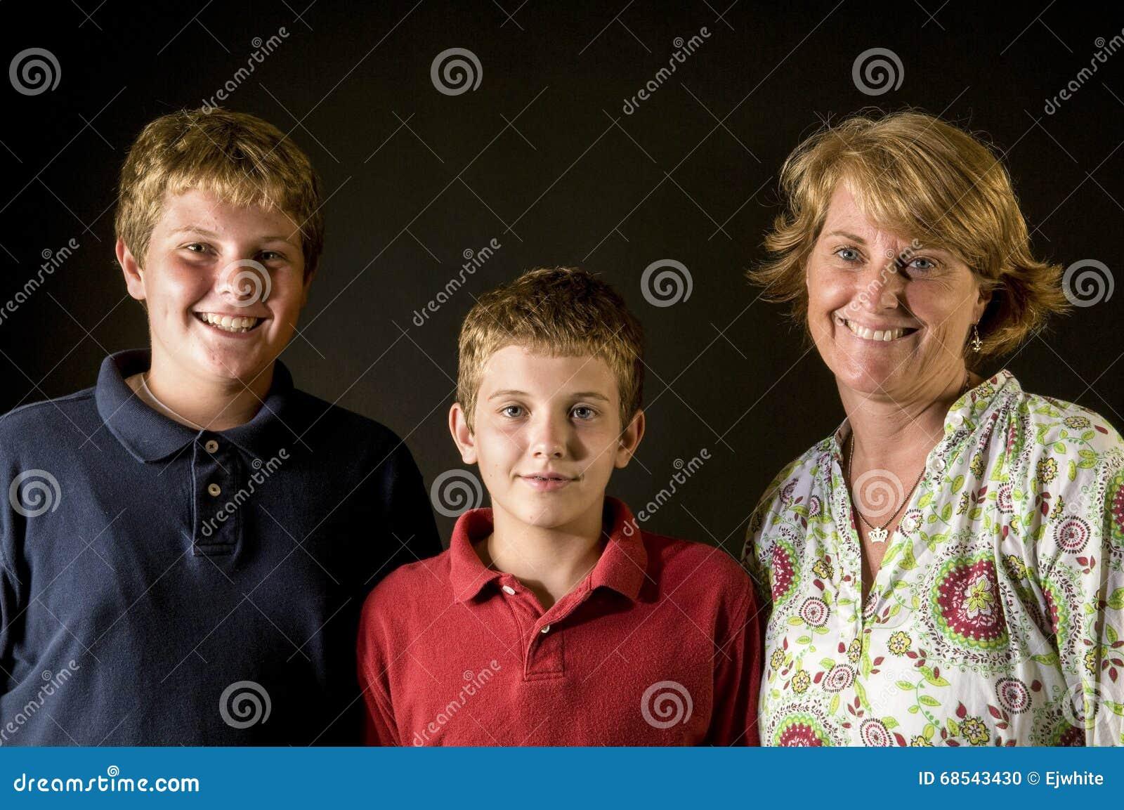 Mamma och tonåriga pojkar - lycklig familj för enkel förälder