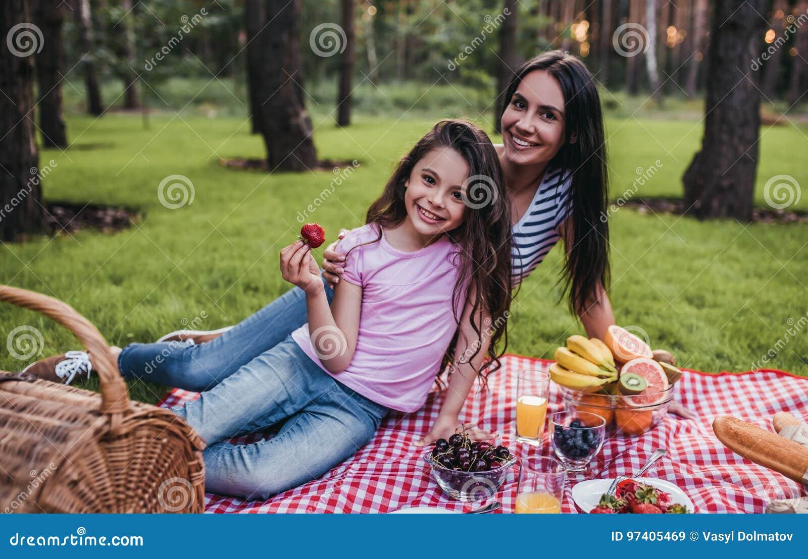 Mamma und Tochter auf Picknick