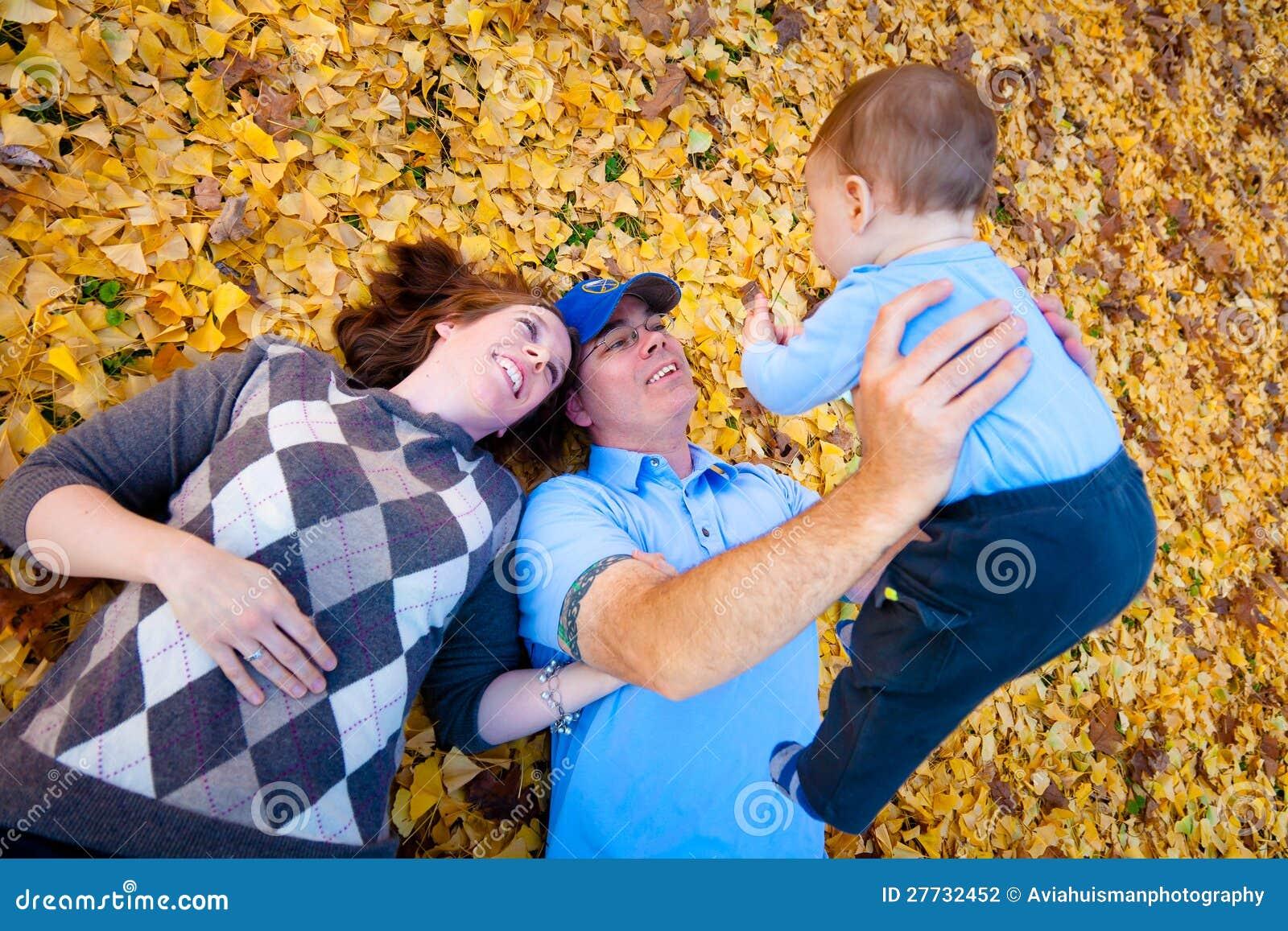 Mamma, Vati und Sohn, die draußen spielen