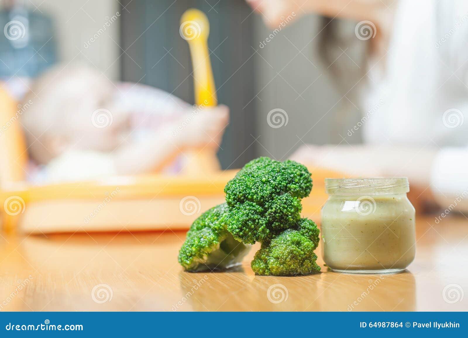 Mamman matar behandla som ett barnsoppan Sunt och naturligt behandla som ett barn mat