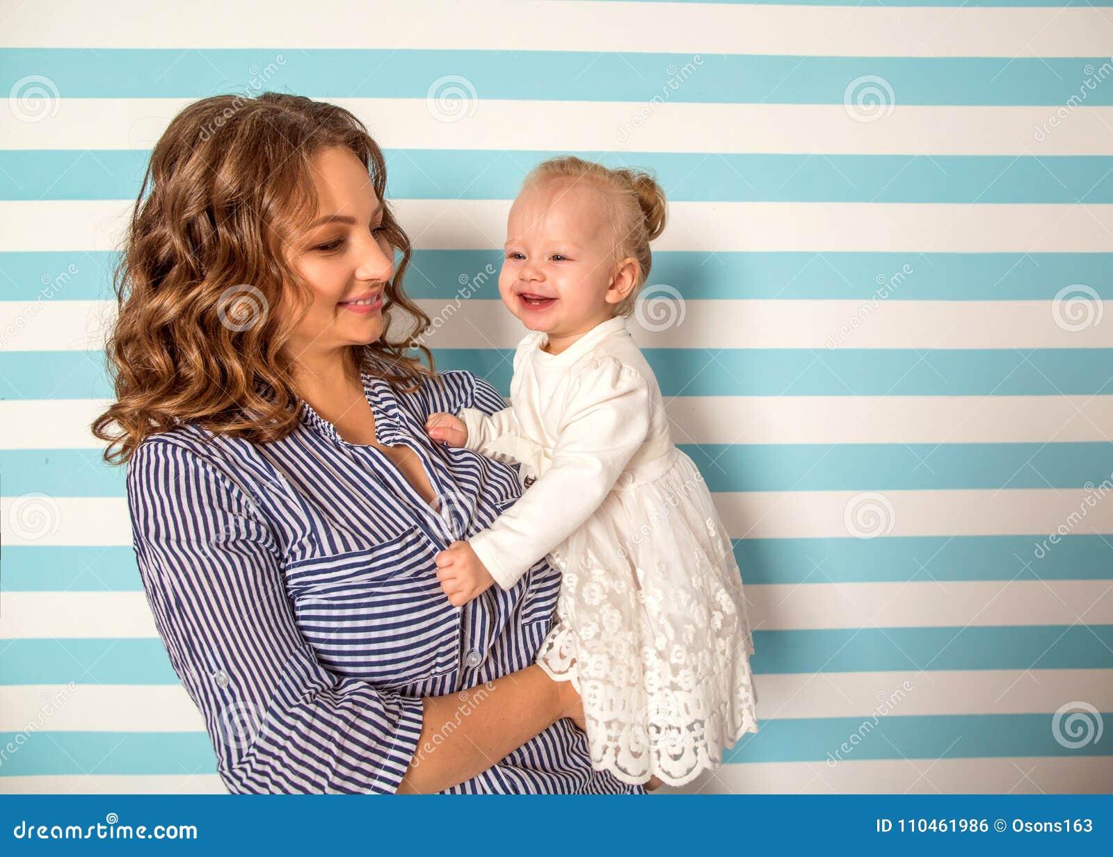 Mamman och dottern är hemmastadda i rummet, dag för moder` s