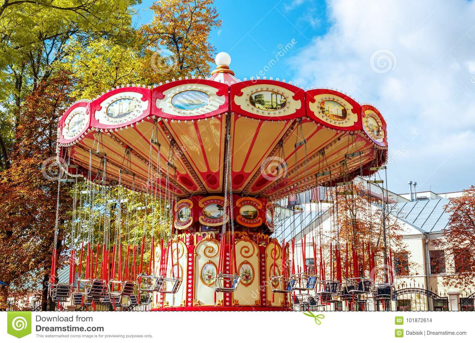 Manège vide de carrousel avec des sièges suspendus sur des WI de chaînes