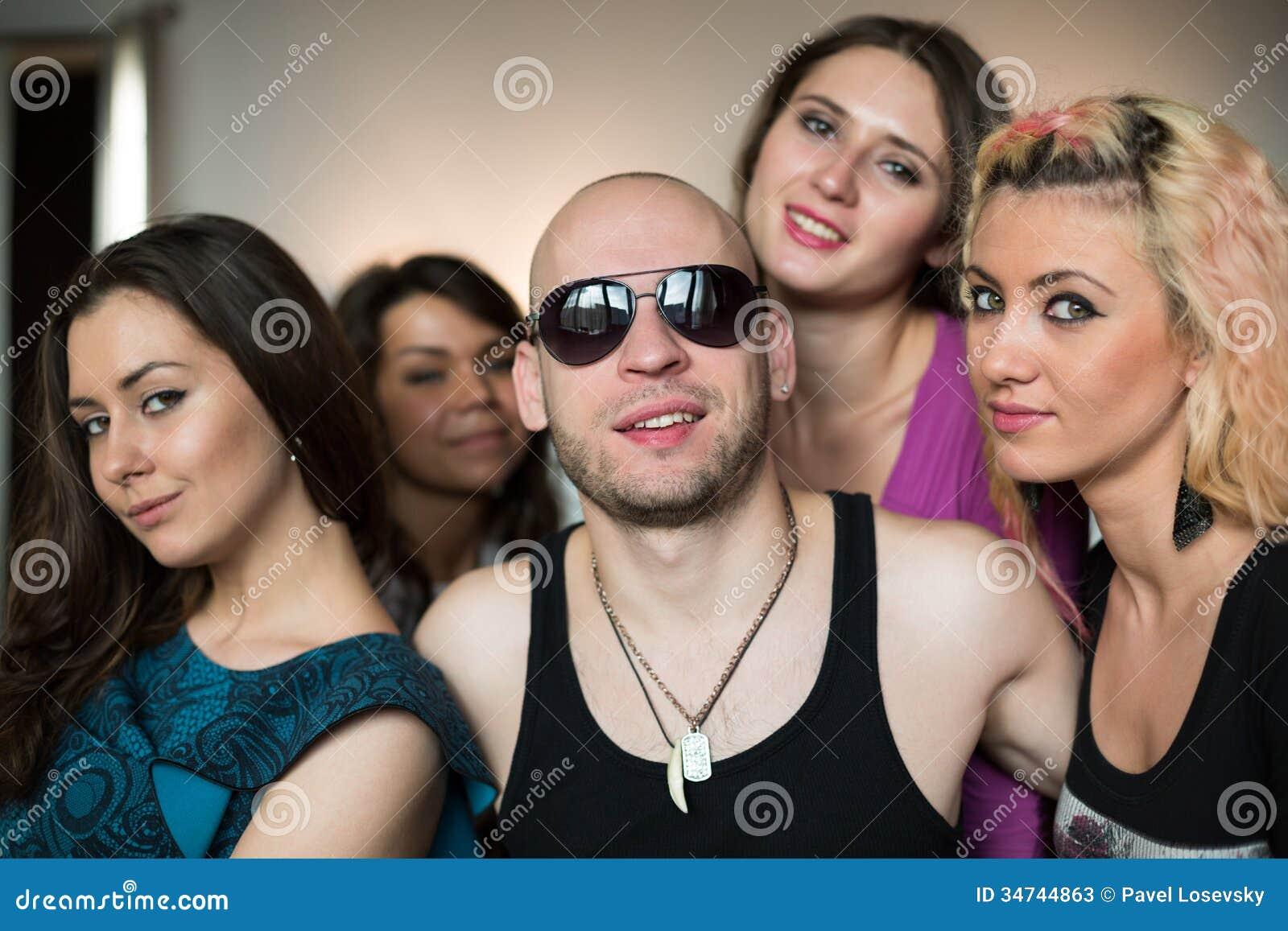 С четырьмя девчонками 3 фотография