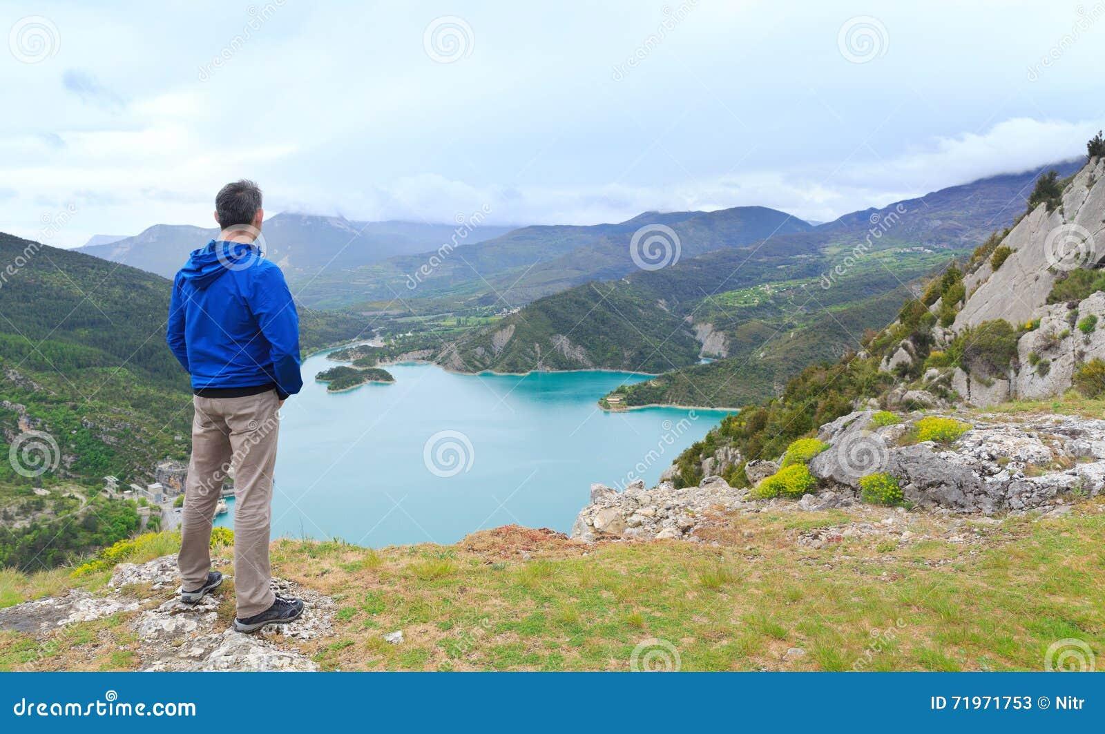 Man anseendet på en kulle och att se en dal