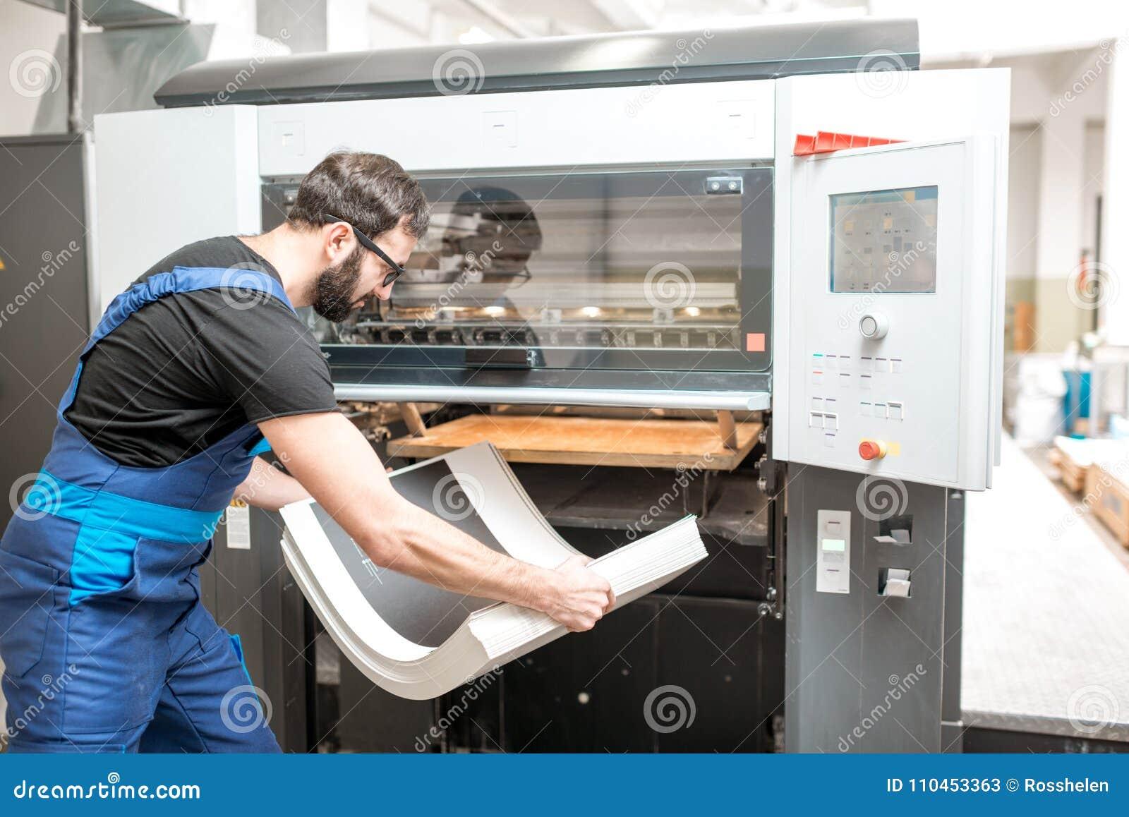 Man arbete med printingmaskinen på tillverkningen