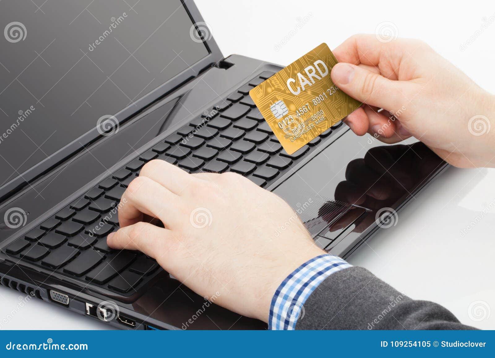 Man att försöka att använda hans guld- kreditkort för att betala för något direktanslutet