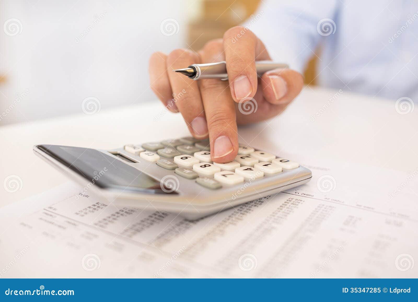 Man att göra hans redovisning, finansiellt konsulentarbete