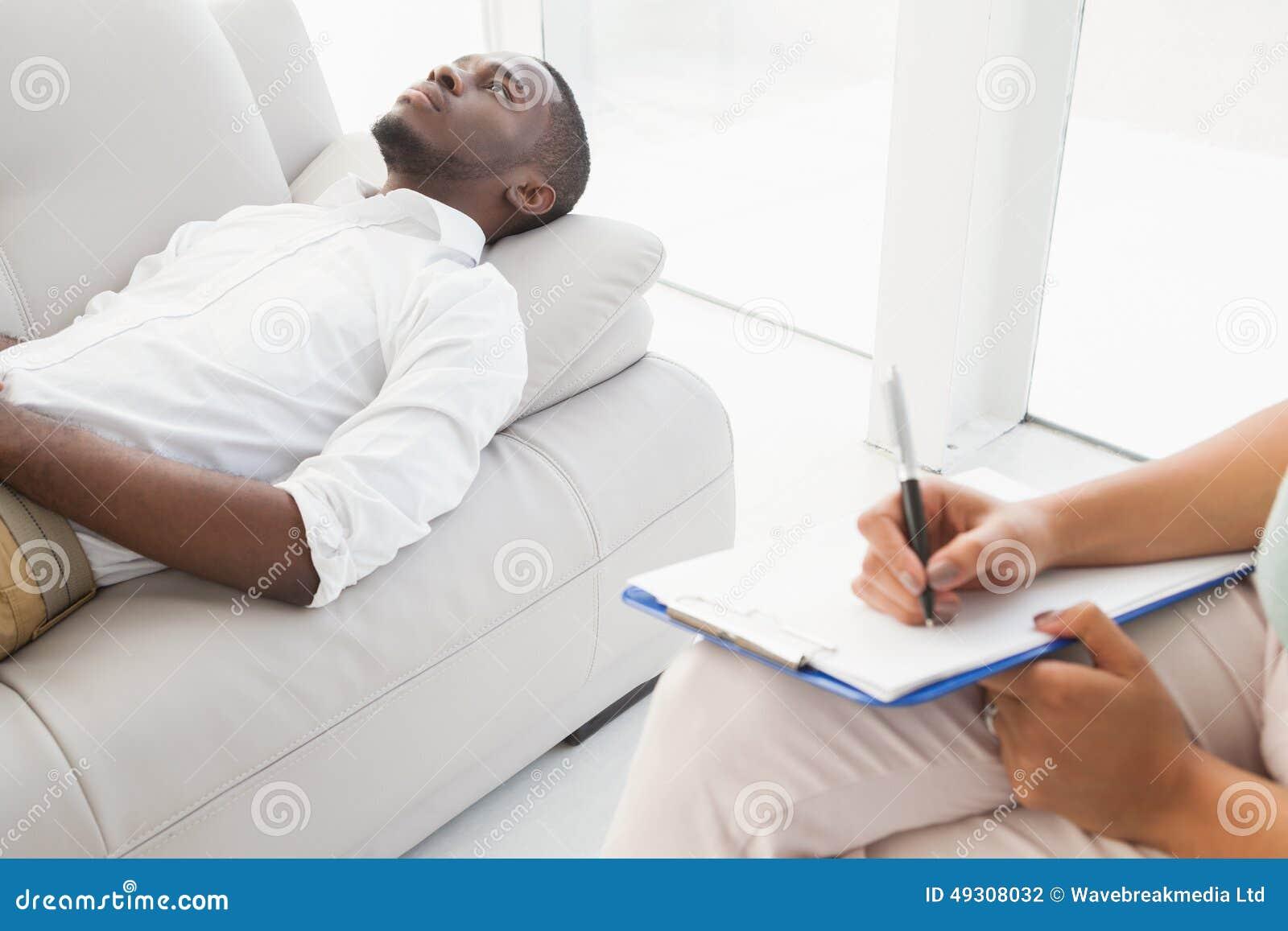 Man att ligga på soffan som talar till hans terapeut