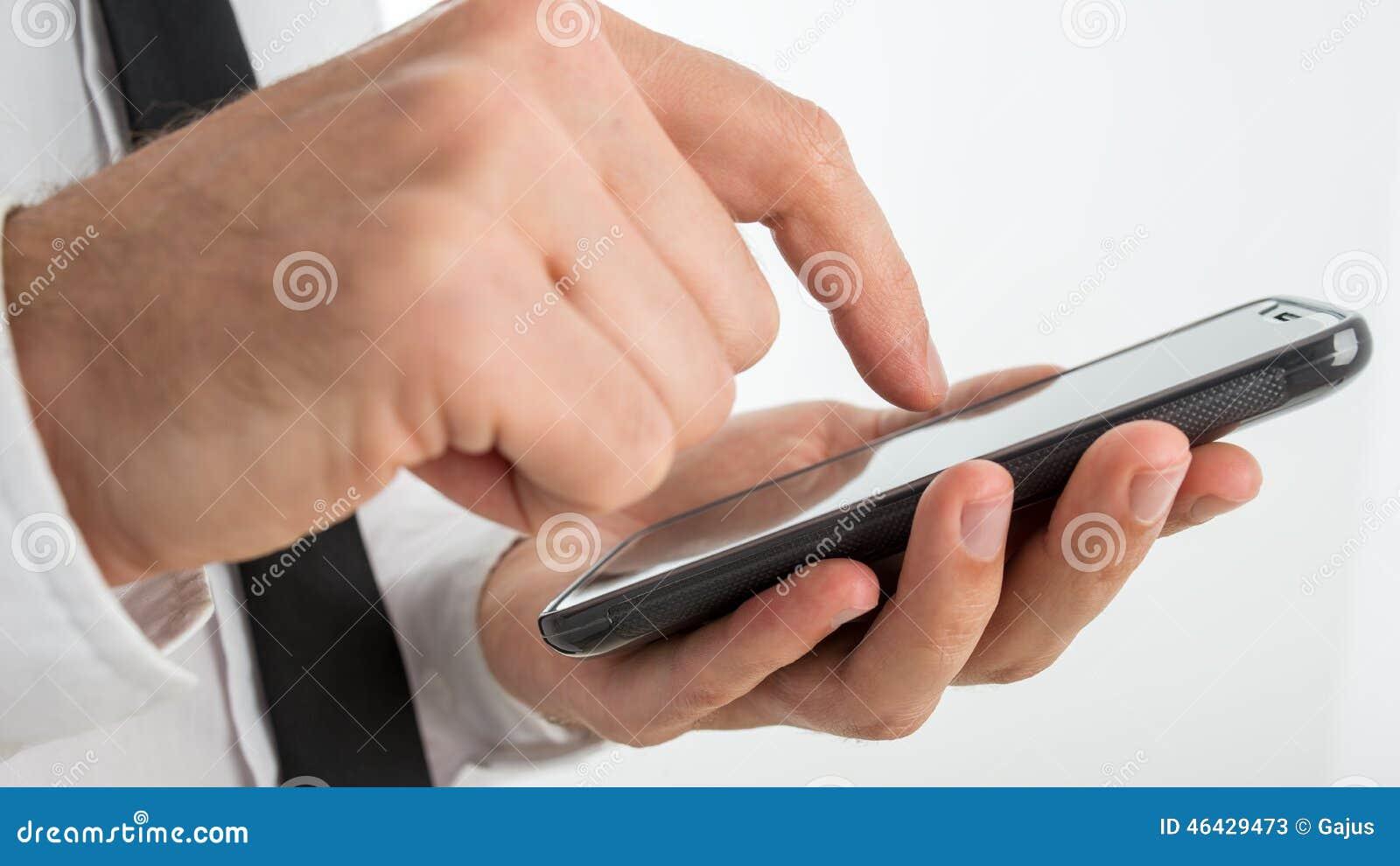 Man att surfa internet eller framställning av en appell på en smartphone