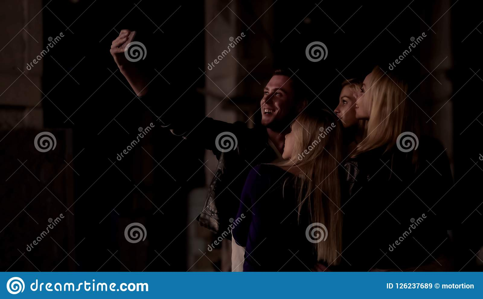 Man att ta selfie med nätta flickor för att minnas bra tid tillsammans, uteliv