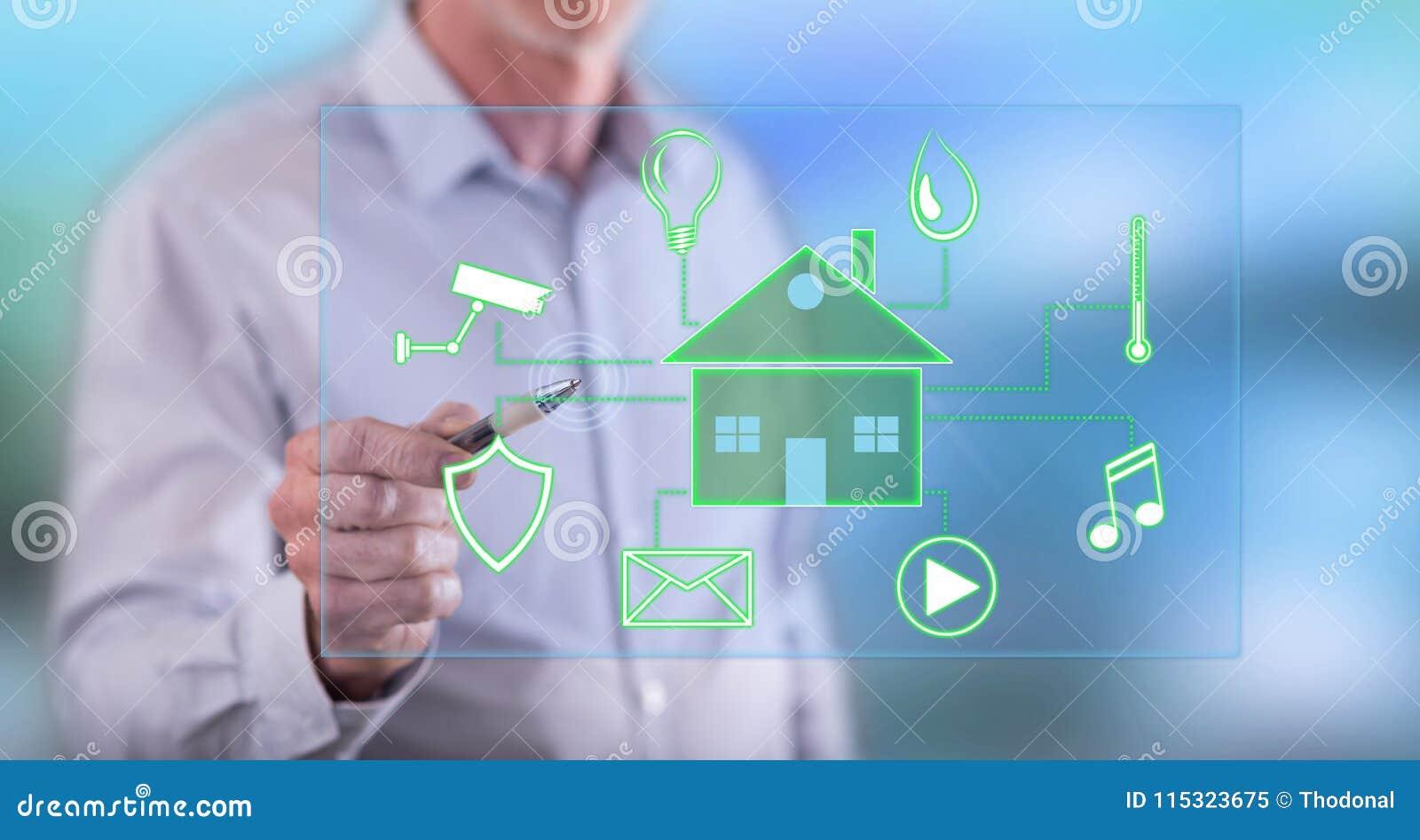 Man att trycka på ett digitalt smart begrepp för hem- automation