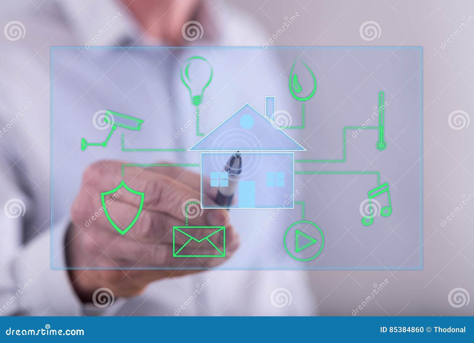 Man att trycka på ett digitalt smart begrepp för hem- automation på en pekskärm