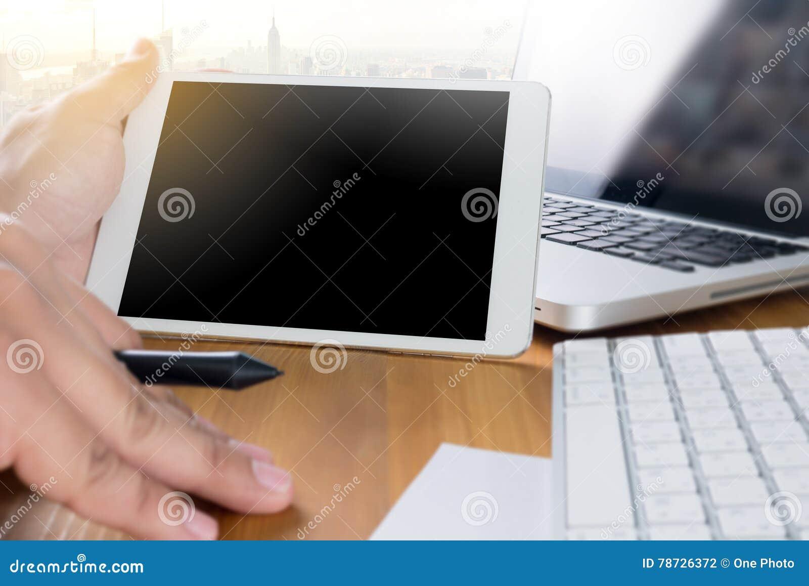 Man av handen för affärsman som arbetar på bärbar datordatoren på träde