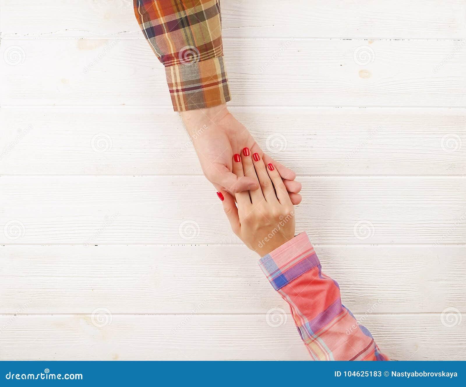 Download Man Beeld Van De De Hand Het Hoogste Mening Van De Greepvrouw ` S Op Houten Achtergrond Stock Afbeelding - Afbeelding bestaande uit kaukasisch, wijfje: 104625183