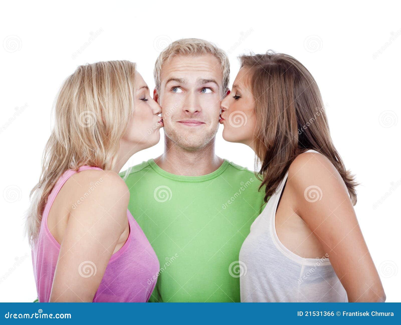 Три девушки поймали парня и, В парке три девушки раздели парня и дрочат ему член 23 фотография