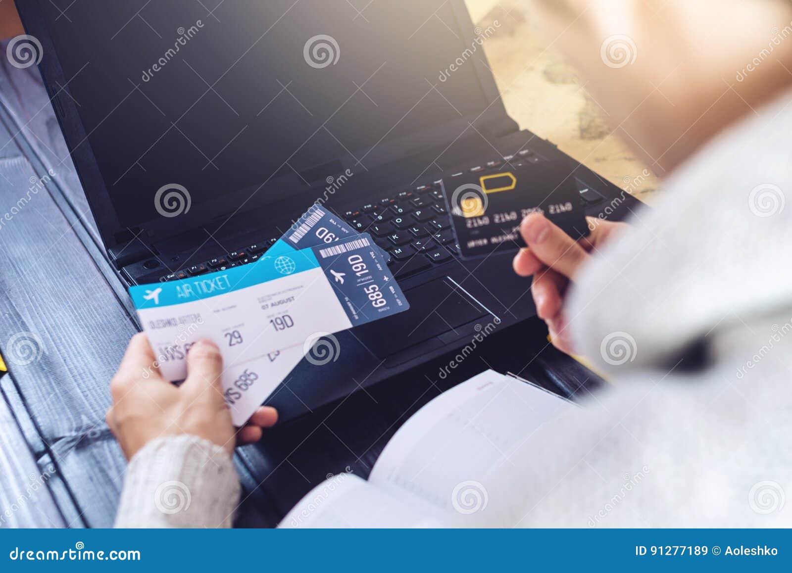 Man den hållande kreditkorten och plana biljetter för buys på internet