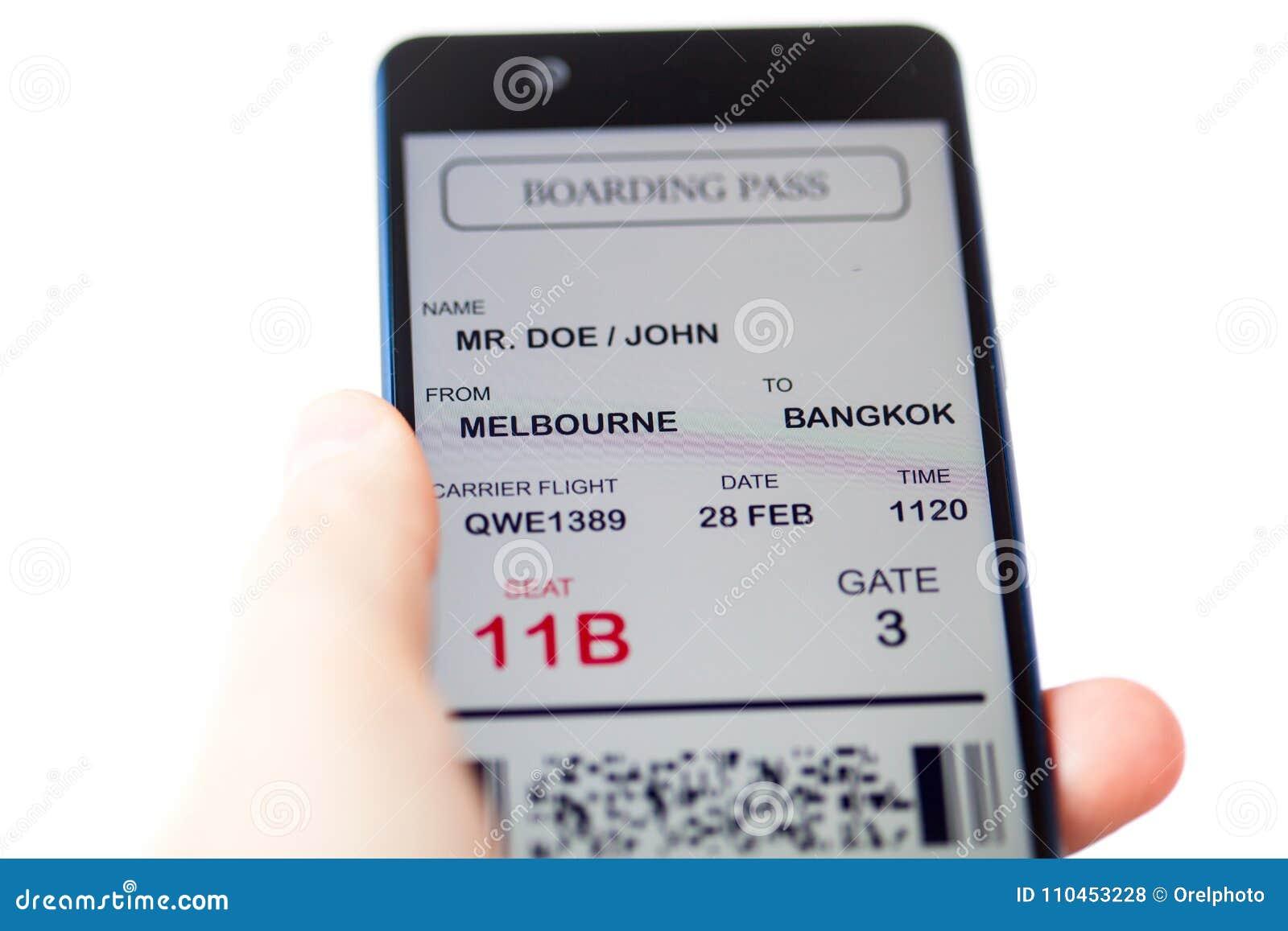 Man den hållande mobiltelefonen för handen med det mobila logipasserandet