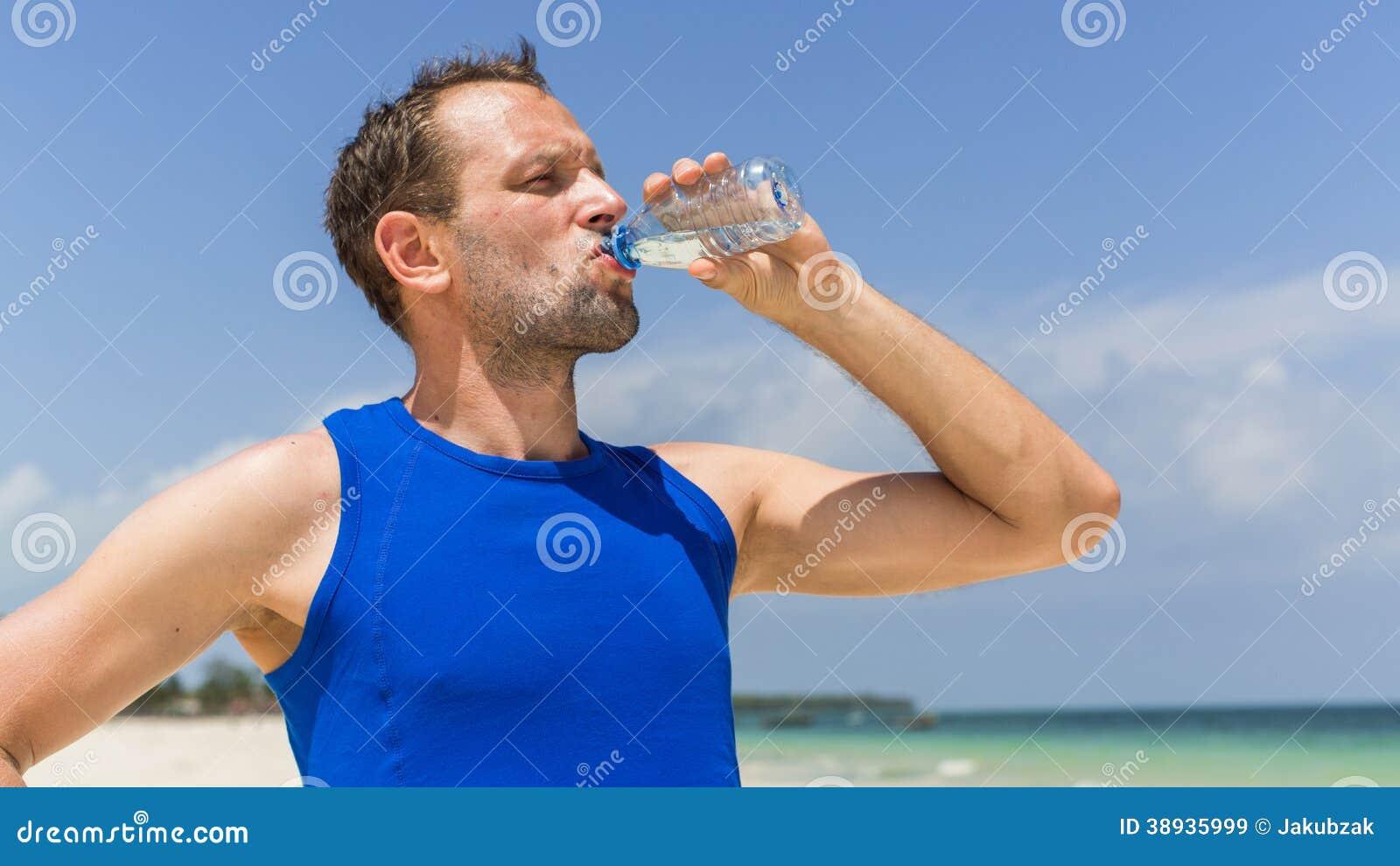 Image Gallery hombre tomando agua