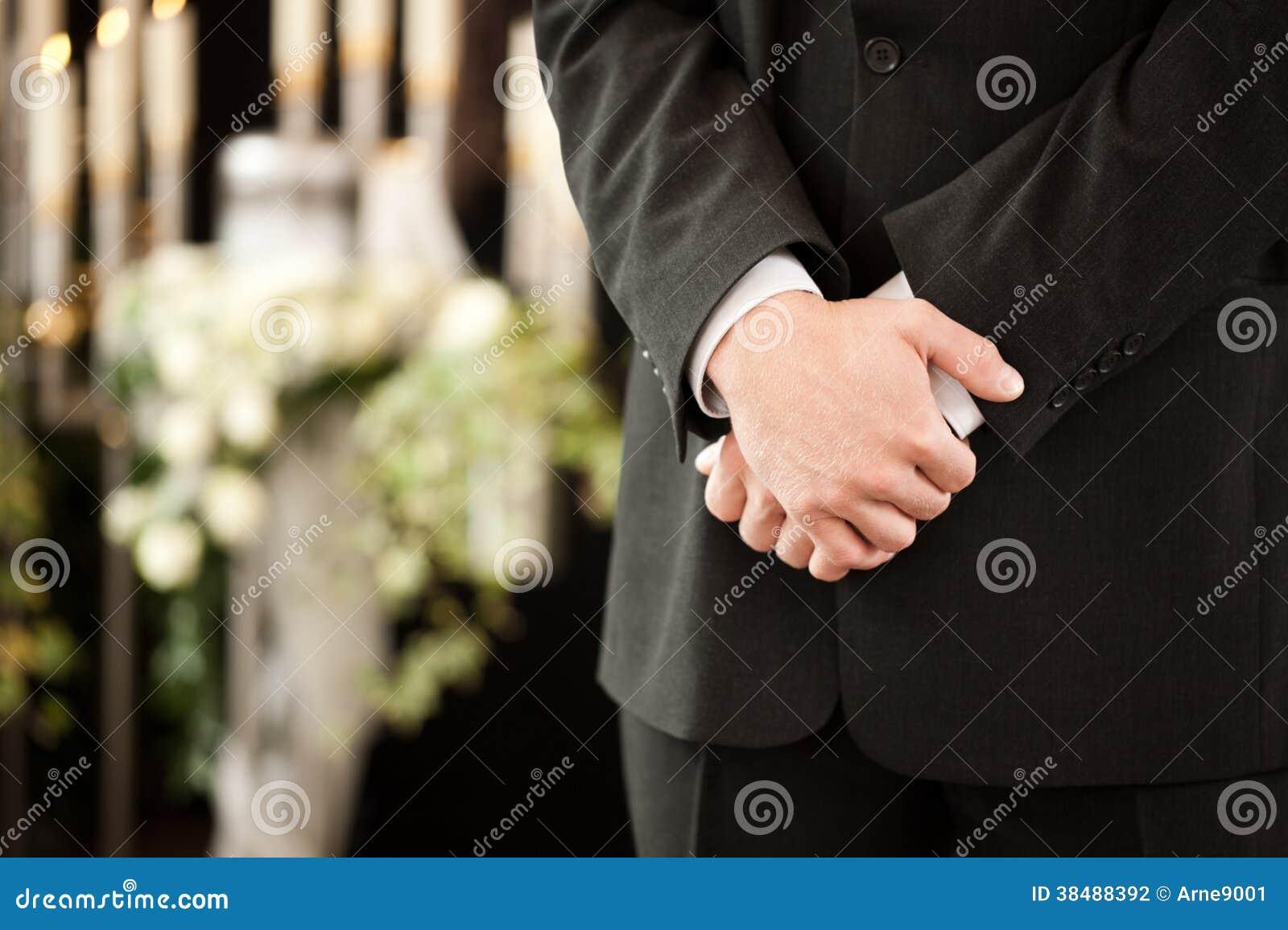 Man eller mortician på begravnings- sorg