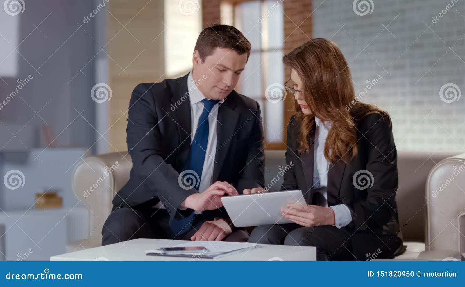 Man en vrouw die bedrijfskwesties in bureau bespreken, plannend startstrategie