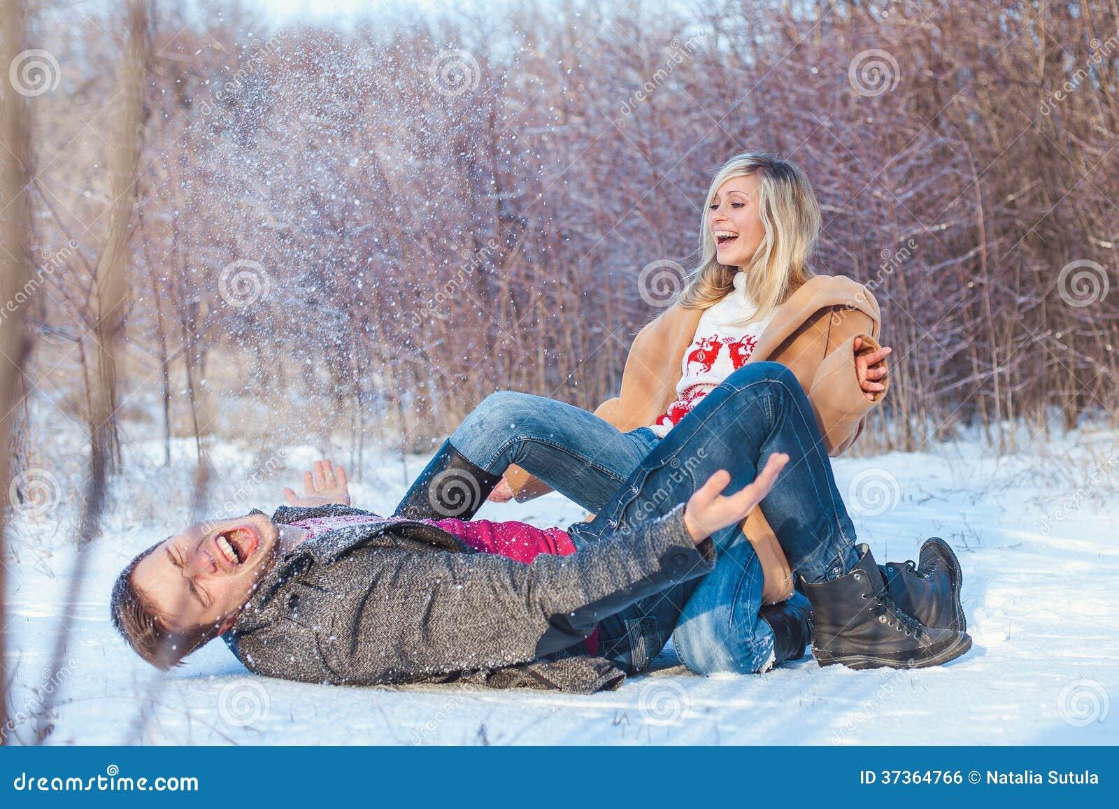 Man en vrouw die in het park lopen
