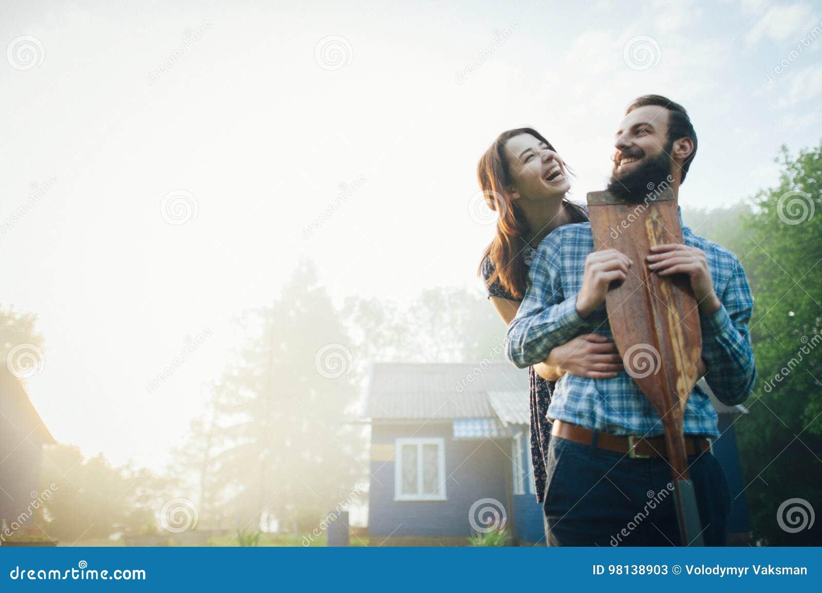 Man en vrouw die zich op kust van meer bevinden