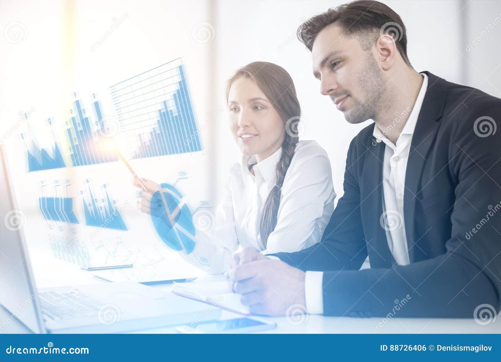 Man en vrouw en grafieken in de lucht