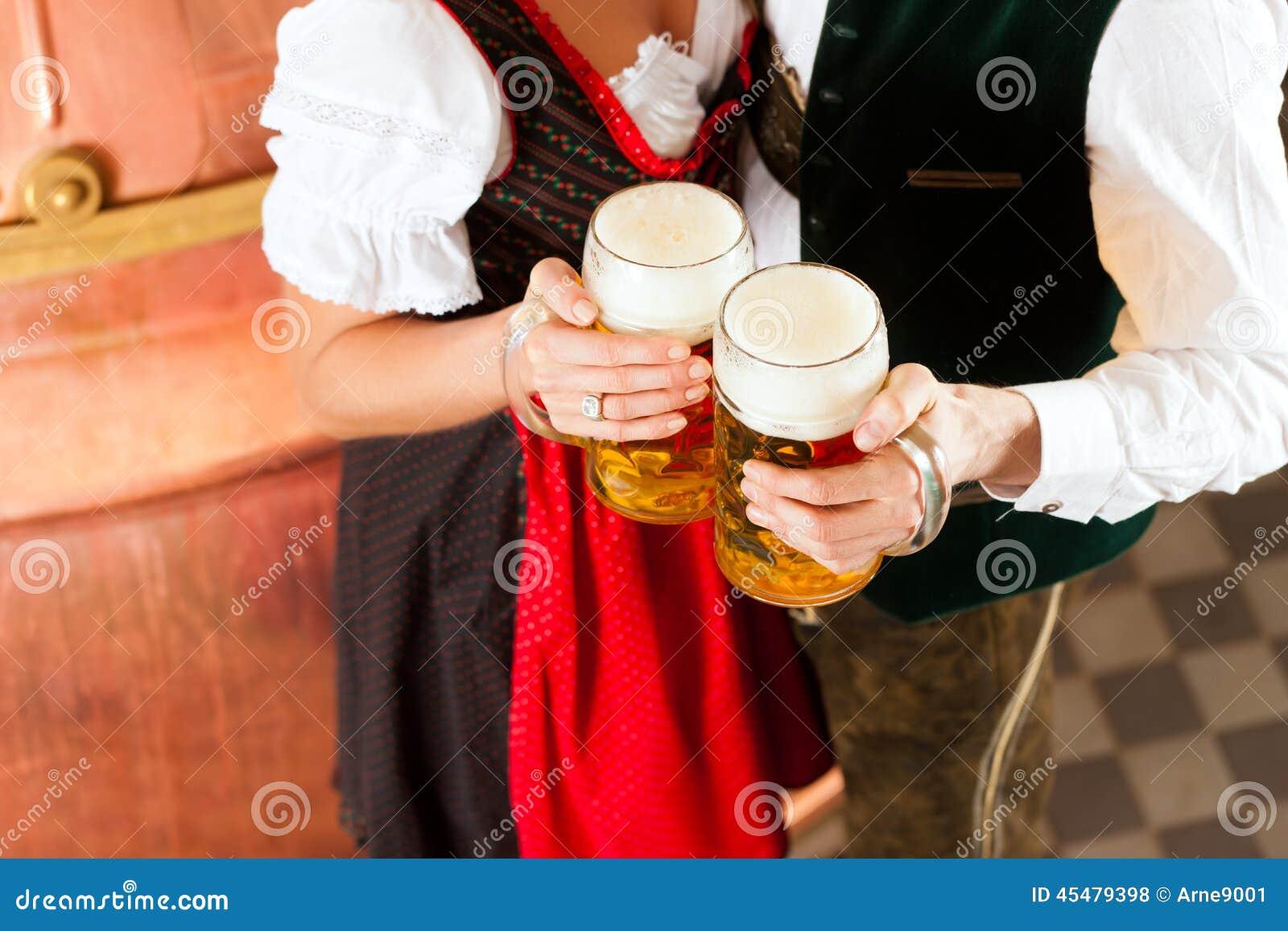 Man en vrouw met bierglas