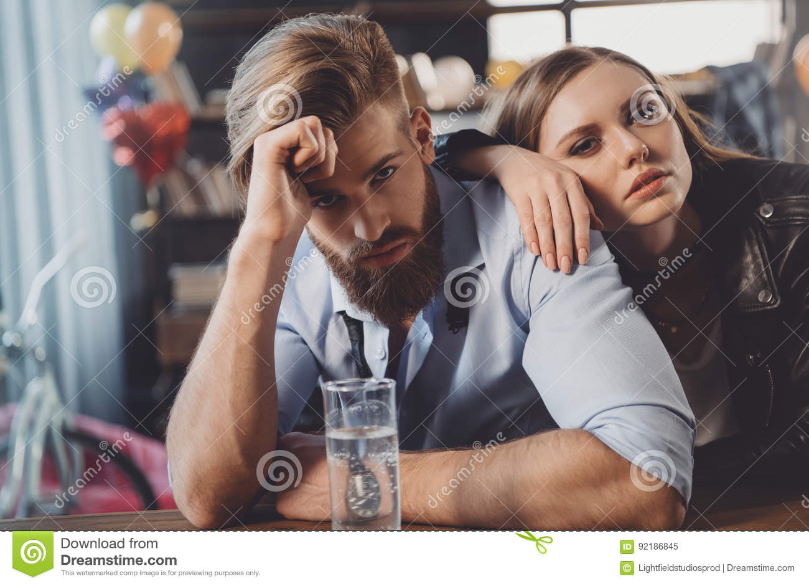 Man en vrouw met kater met geneesmiddelen in slordige ruimte