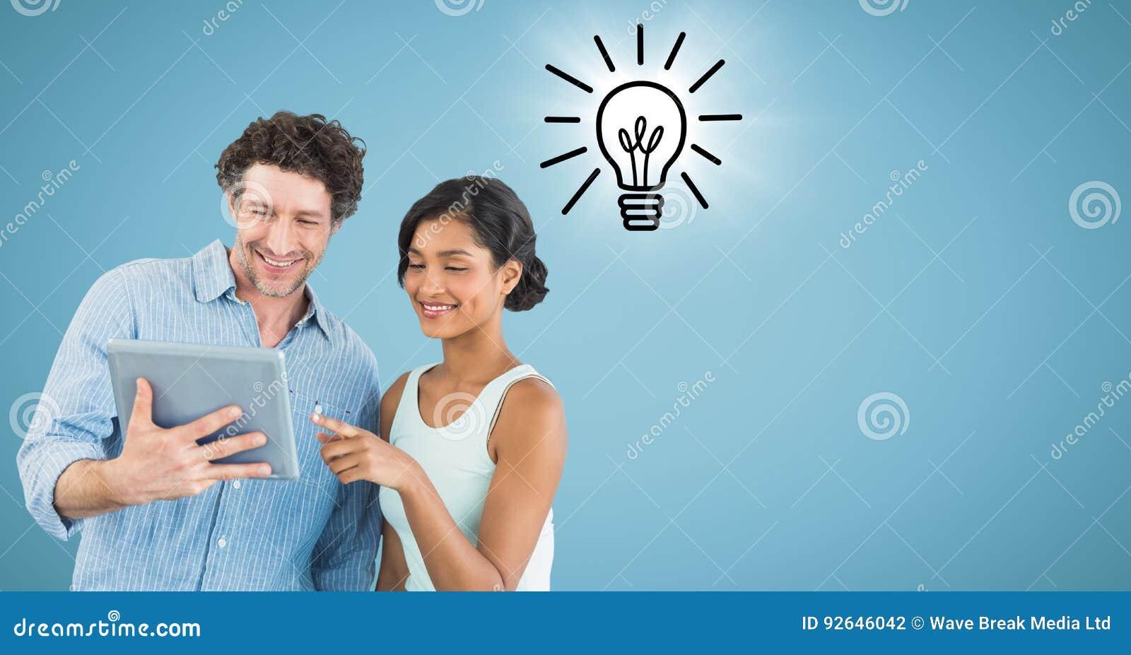 Man en vrouw met tablet en lightbulb krabbel met gloed tegen blauwe achtergrond
