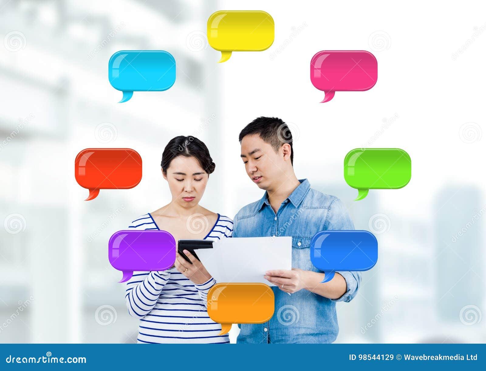 Man en Vrouw op apparaten met glanzende praatjebellen