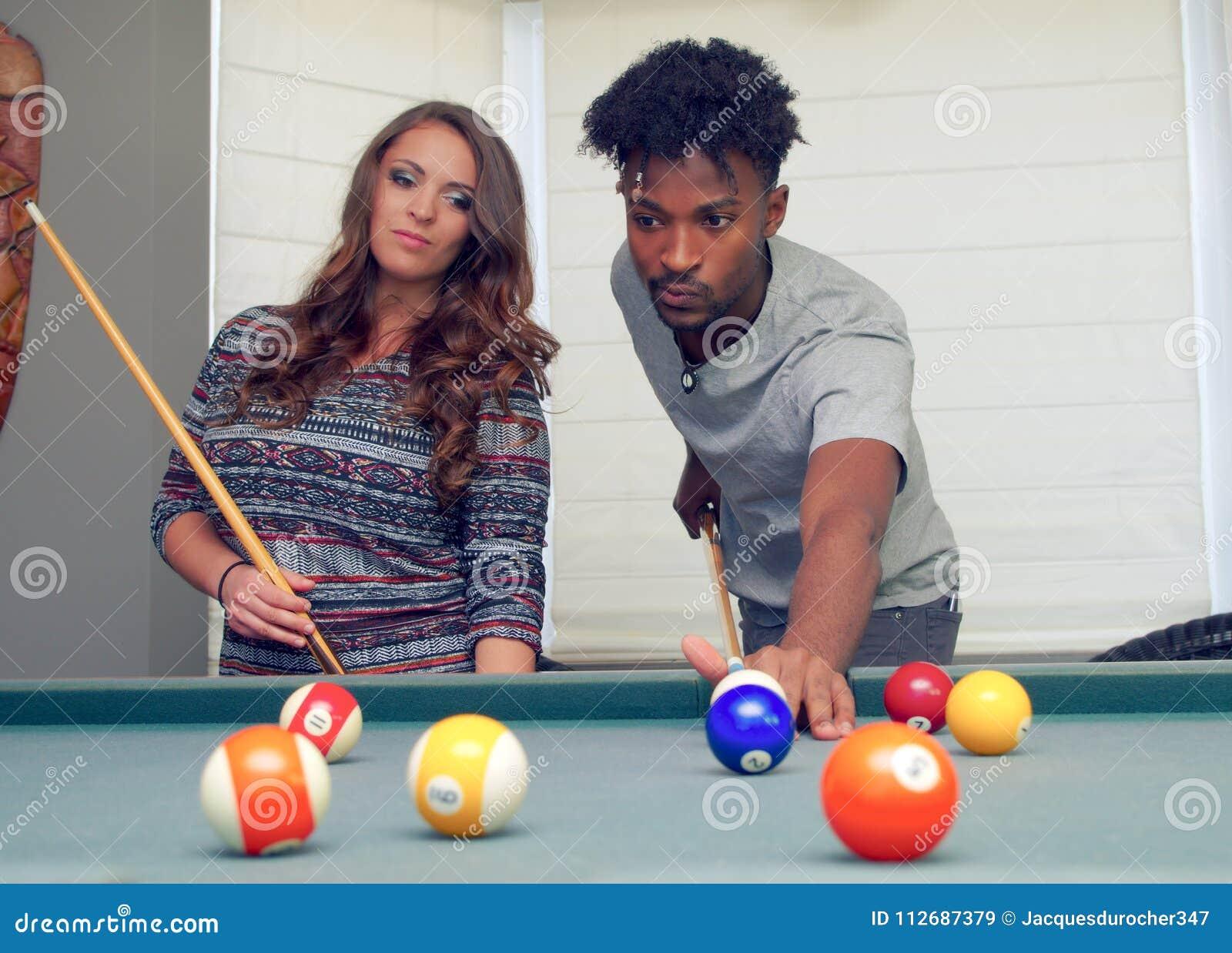 Man en vrouwen die het biljartvriendschap spelen die van de snookerpool vrije tijd dateren