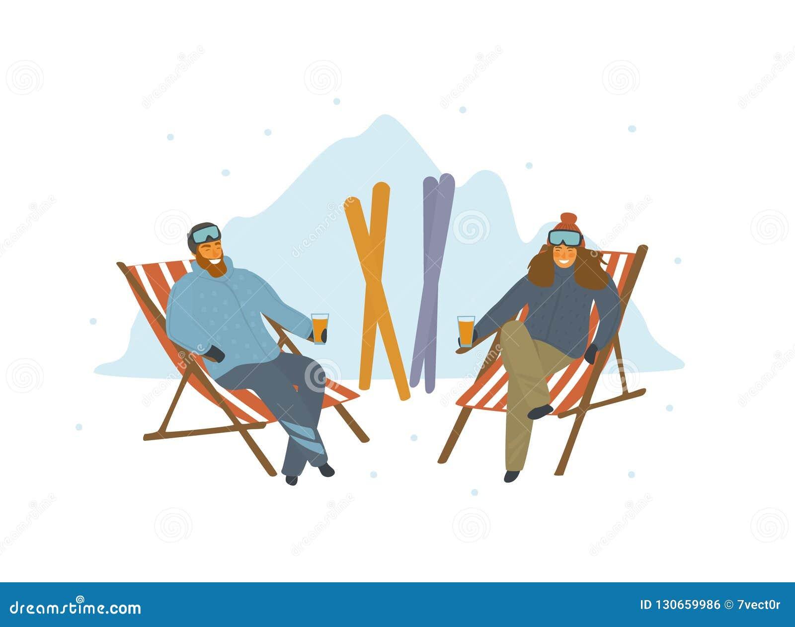 Man en vrouwenskiërs die na het ski?en op zitkamerstoelen bij toevlucht ontspannen