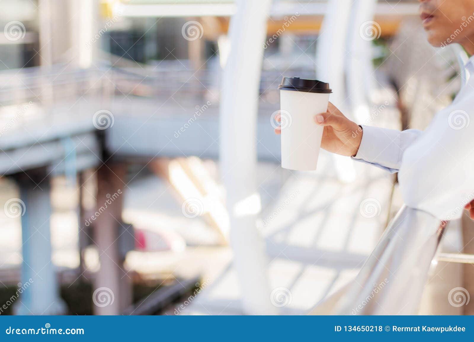 Man för holding för kaffekopp