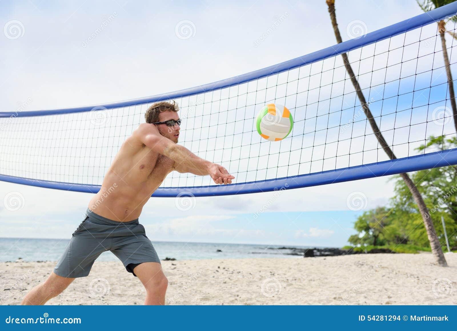 Man för strandvolleyboll som spelar underarmenpasserandet