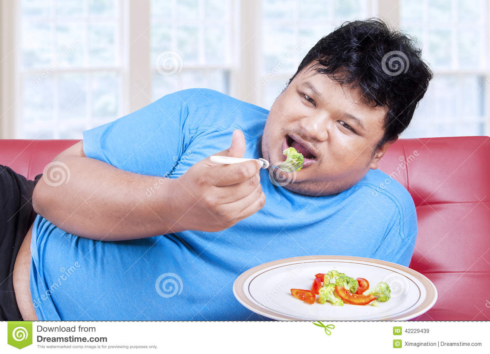Man försöket att banta, genom att äta grönsak 1