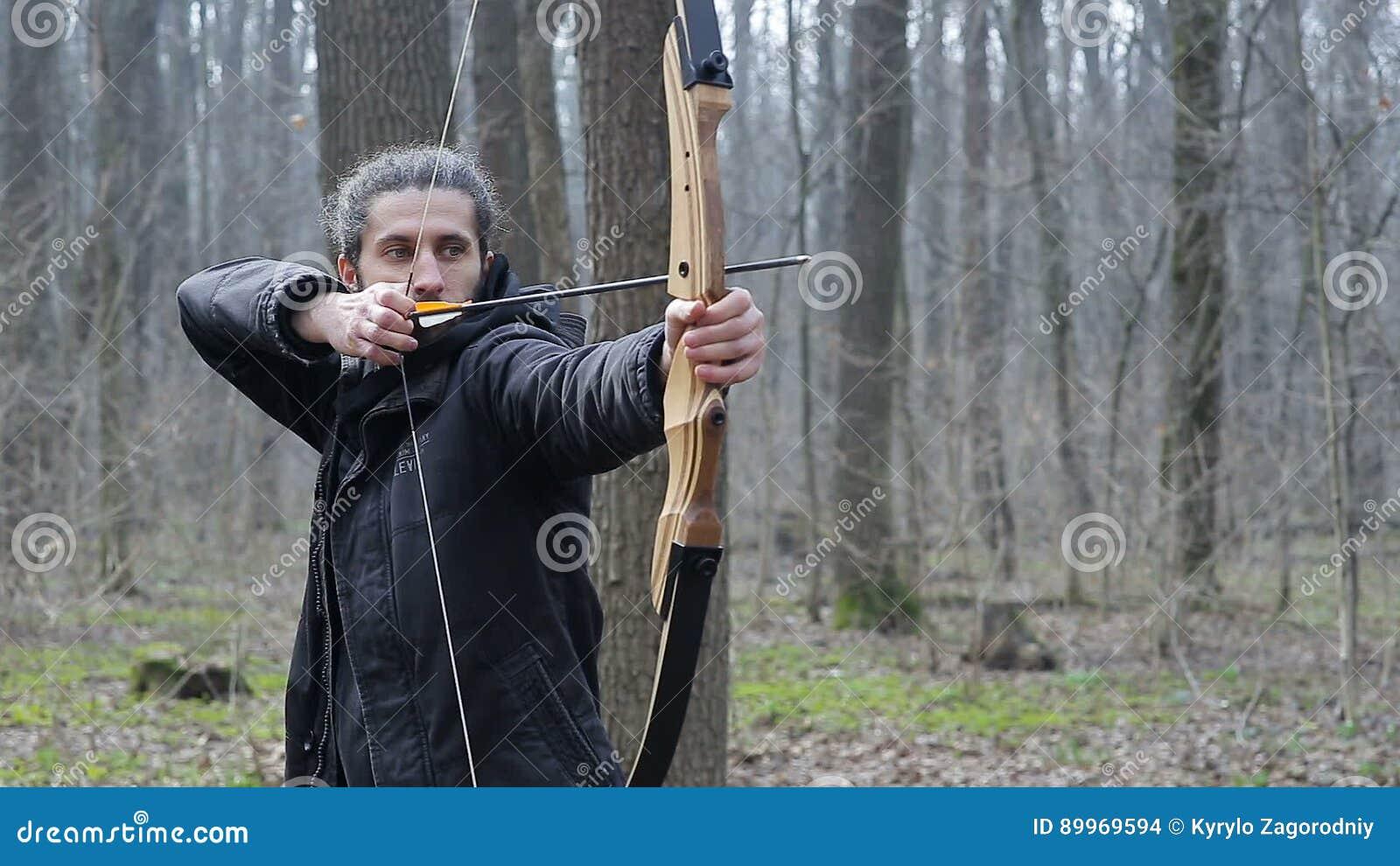 skjuta pilbåge i skogen