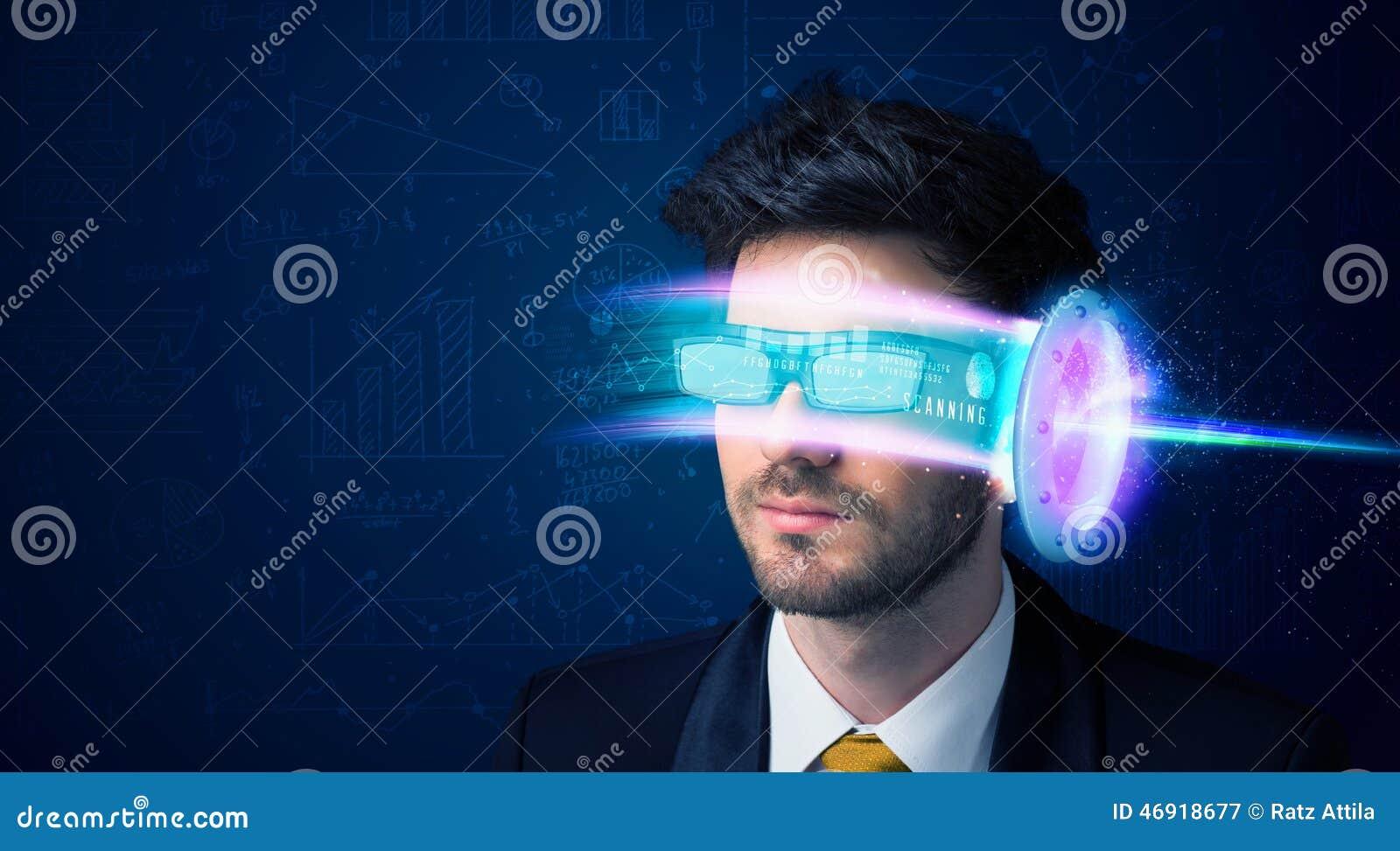 Man från framtid med tekniskt avancerade smartphoneexponeringsglas