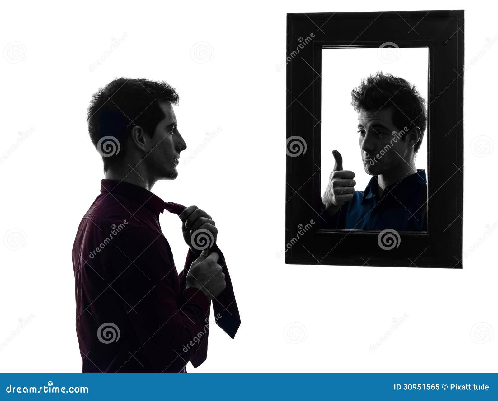 Man framme av hans spegel som upp klär konturn