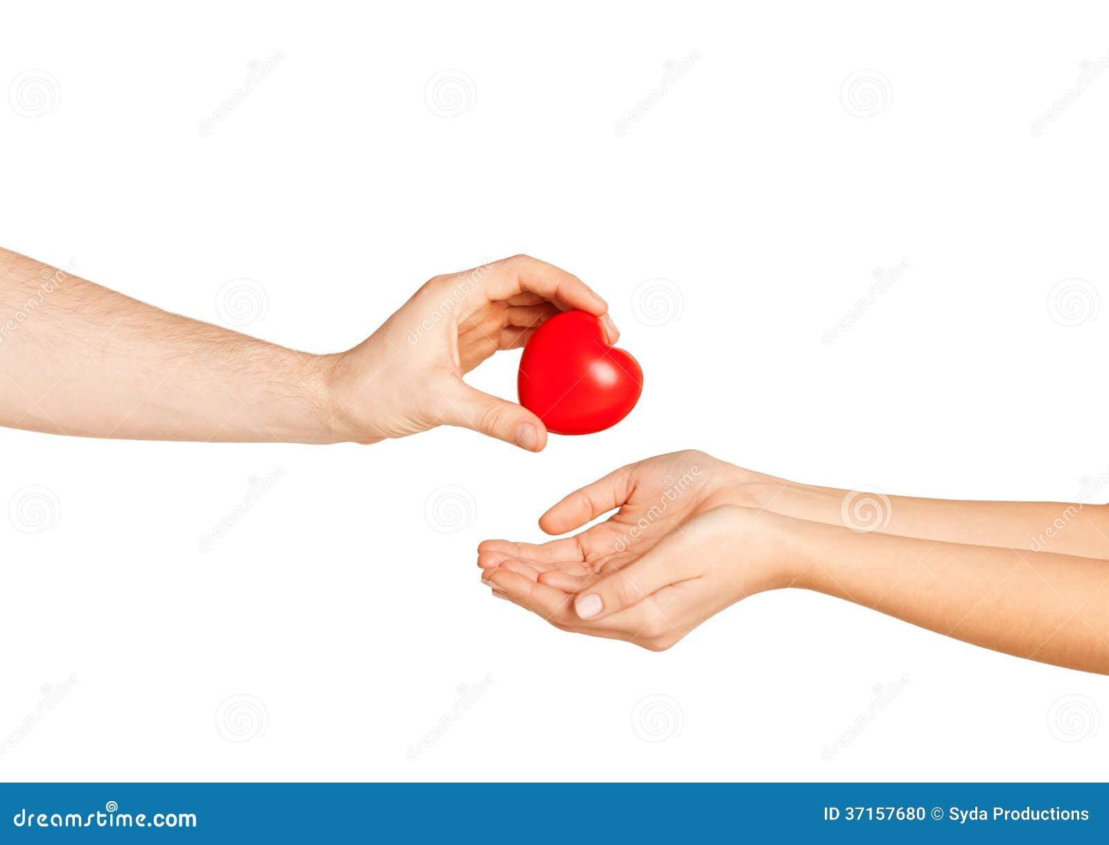Man hand die rood hart geven aan vrouw