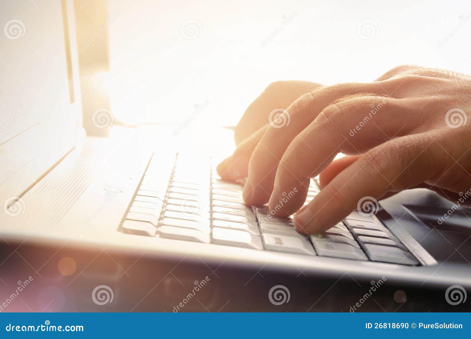 Man handen die op laptop toetsenbord typen