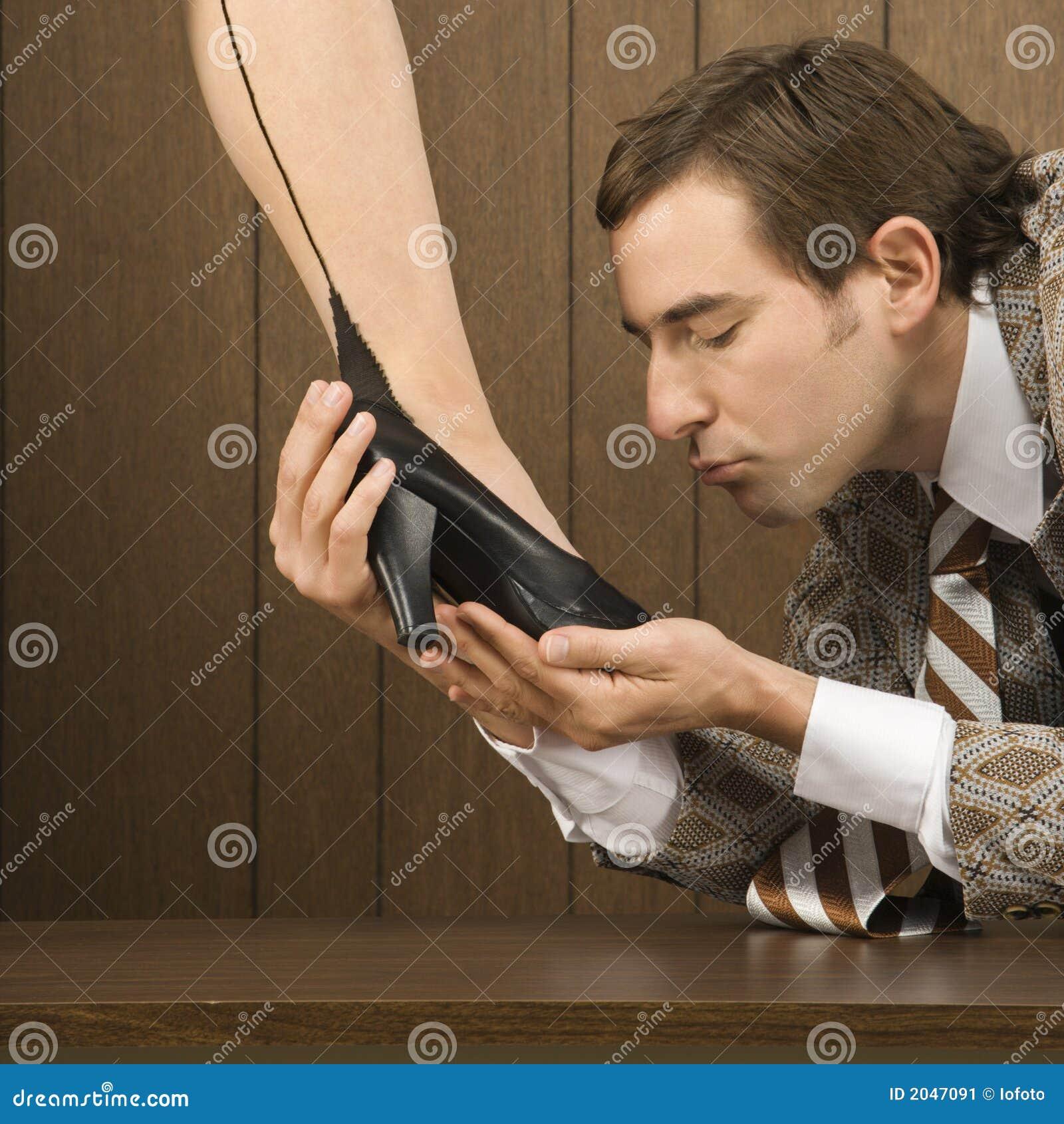 Целовать женскую обувь фото 3 фотография