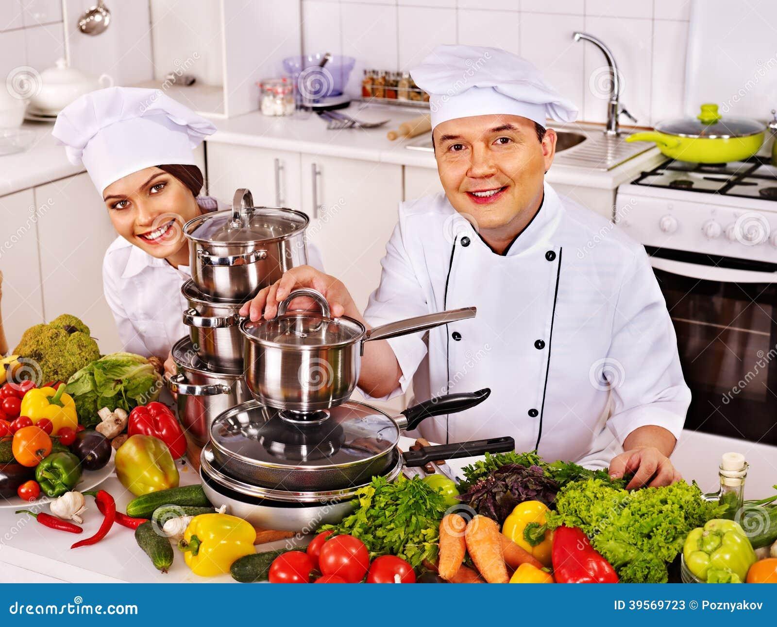 Man i kockhatt- och kvinnamatlagning.