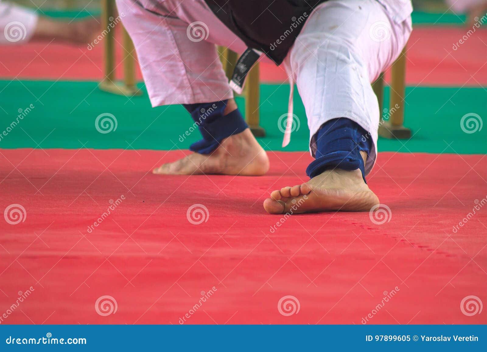 Man i vit kimonoutbildningskarate