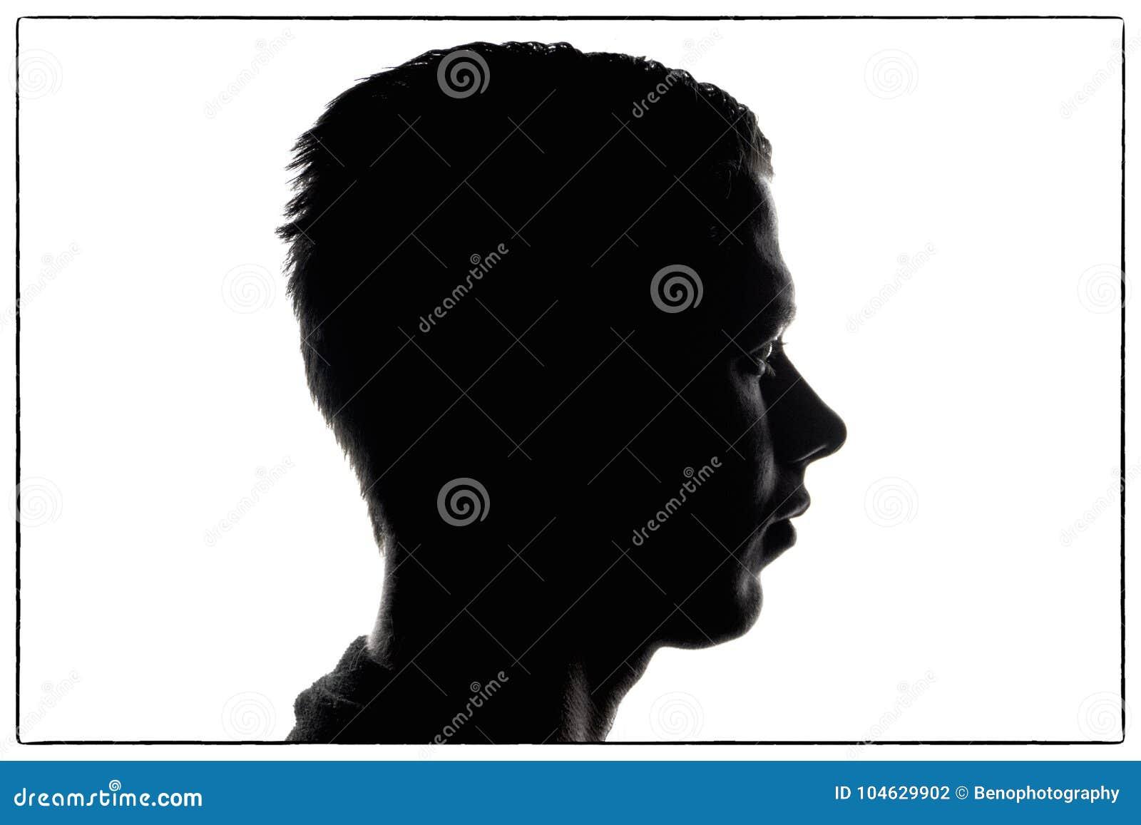 Man konturn i profil på vit bakgrund och smutsig frisyr ung man för ståendekontur i studion som isoleras på vit backg