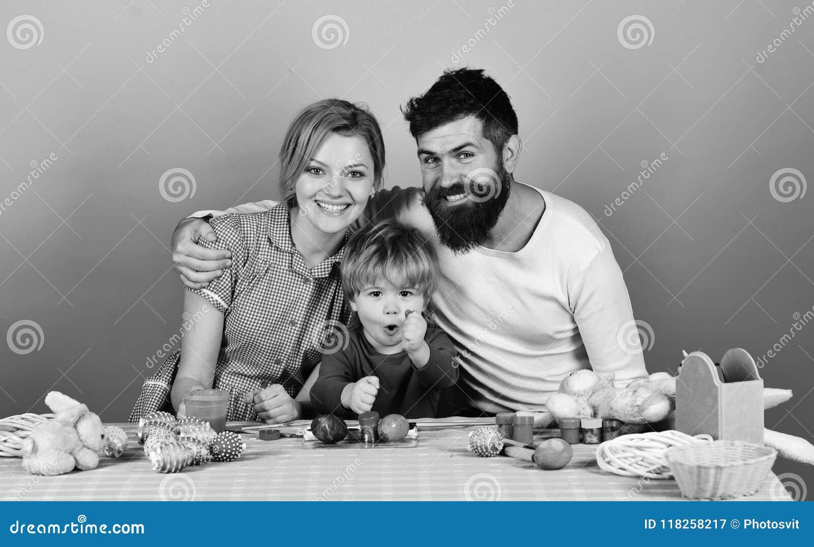 Man, kvinna och son tillsammans Glat familj- och berömbegrepp